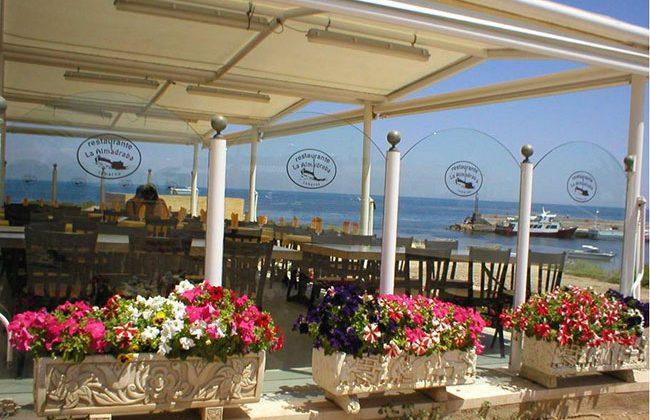 terraza-para-comer-en-Tabarca-Alicante-La-Almadraba